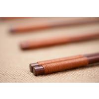 Coppia di bacchette in legno duro fatte a mano con tessuto (marrone)